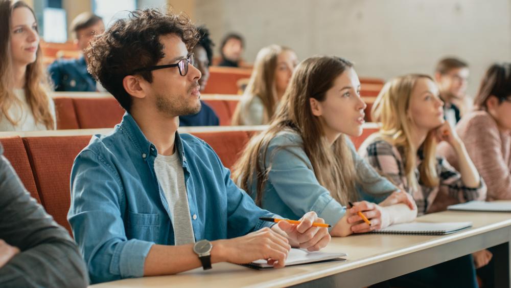 grupa studentów na wykładzie