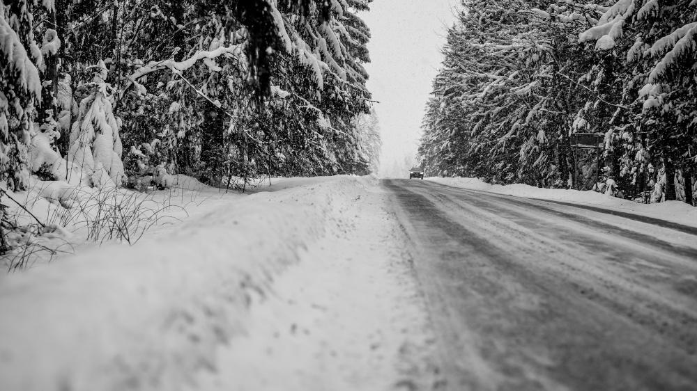samochod podczas jazdy w zlych warunkach pogodowych śnieh slisko