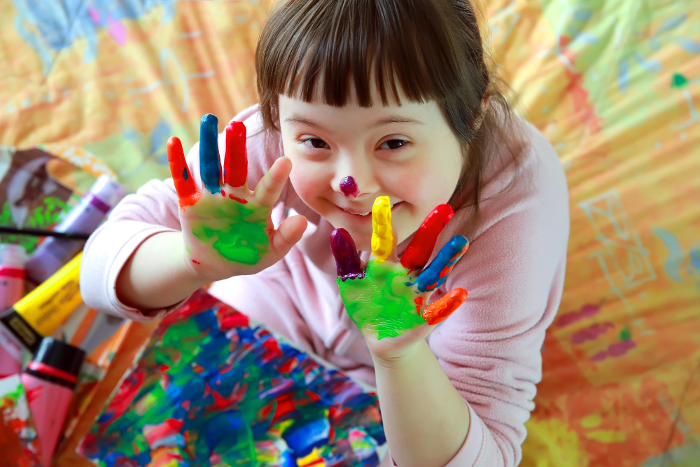 slodka dziewczyna z pomalowanymi farba rekami