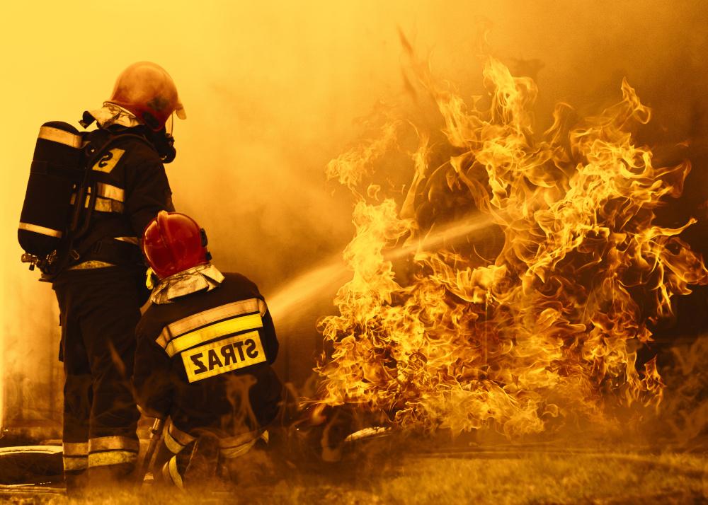 gaszenie ognia przez strażaków