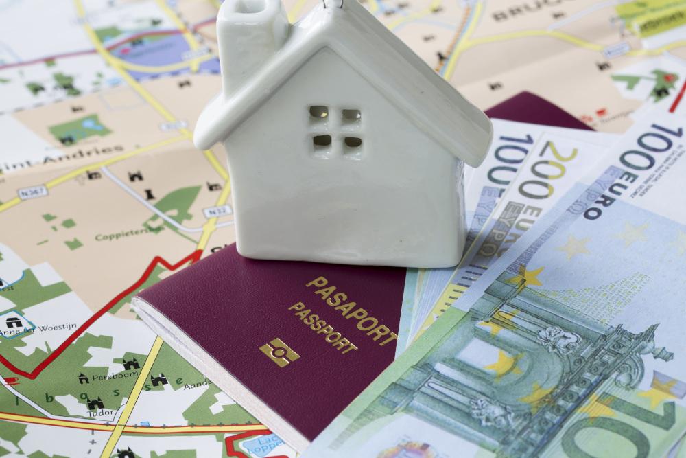 paszport i pieniadze na mapie