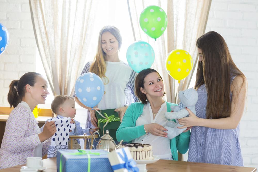 baby shower kobiety w ciąży razem z przyjaciółkami
