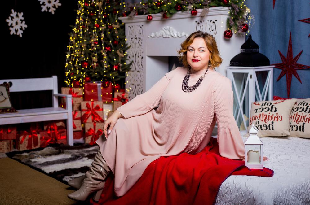 puszysta kobieta pozująca w tle świątecznych dodatków