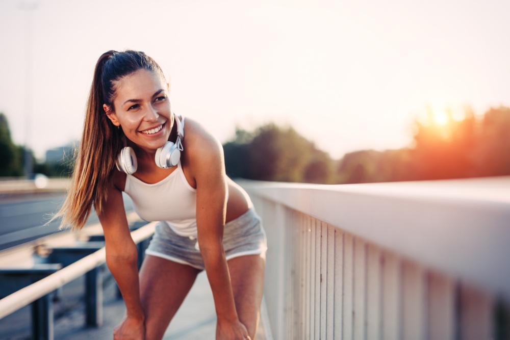 kobieta biegająca ze słuchawkami na uszach