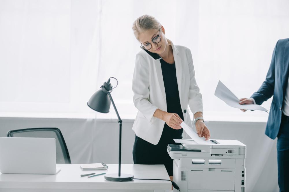 kobieta rozmawiająca przez telefon w biurze